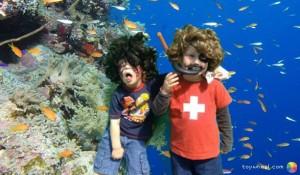 Foto von Kindern vor Wasserhintergrund